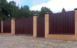 Забор из кирпича и металлопрофиля